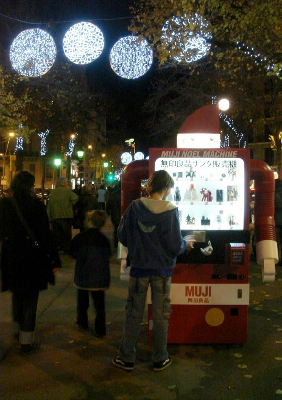 vending-machine-santa-4